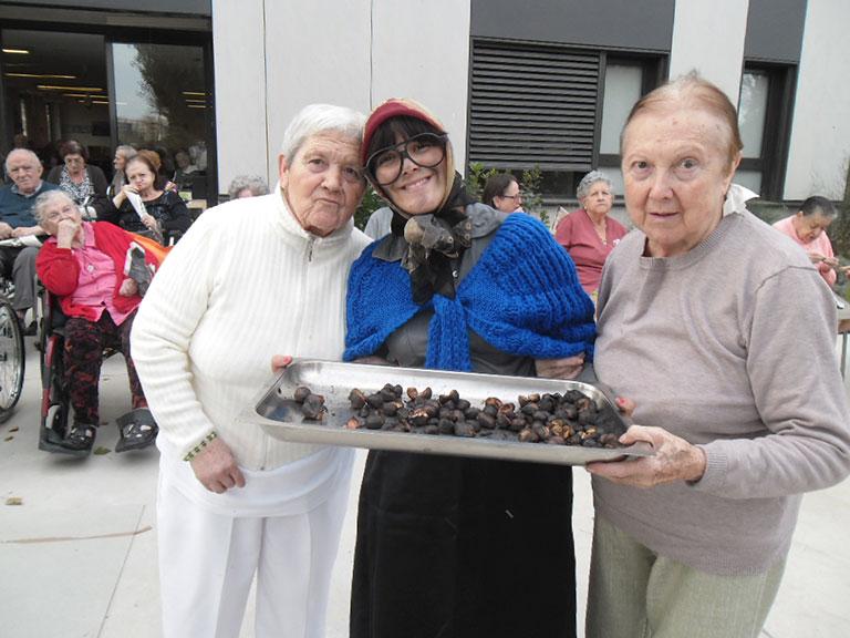 La Residencia y Centro de Día 'Roger de Llúria' de Reus celebra la fiesta tradicional de la 'Castañada'