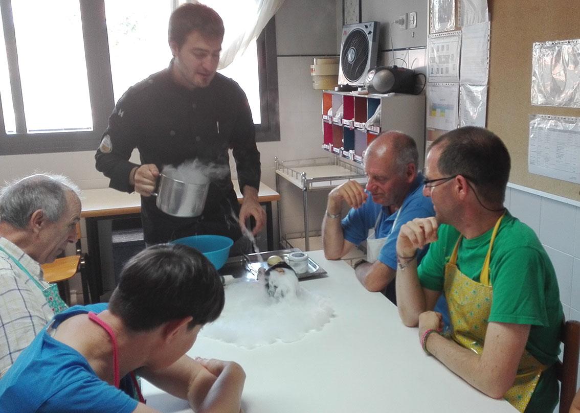 """Con delantal y ganas de aprender en el Taller de Cocina del servicio """"Valle del Roncal"""" de Pamplona"""
