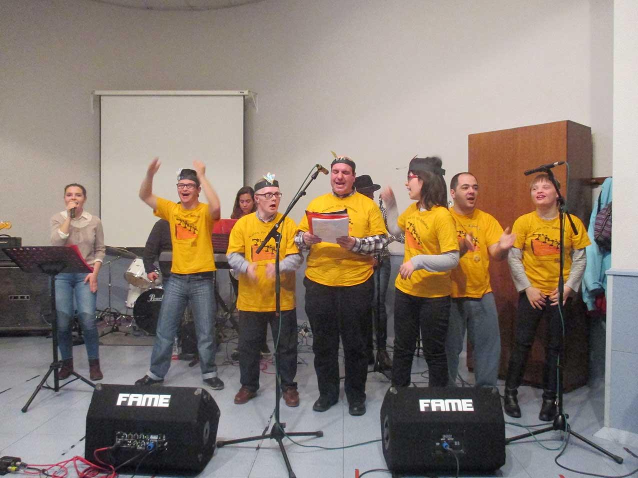 La Residencia y Centro de Día «Infanta Elena» gestionada por FSC acoge una actuación de la asociación «Música sin Barreras»