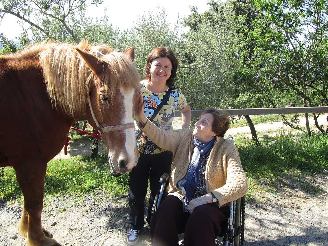 Los mayores de la Residencia y Centro de Día «Roger de Llúria» de Reus disfrutan de una novedosa y terapéutica actividad con caballos