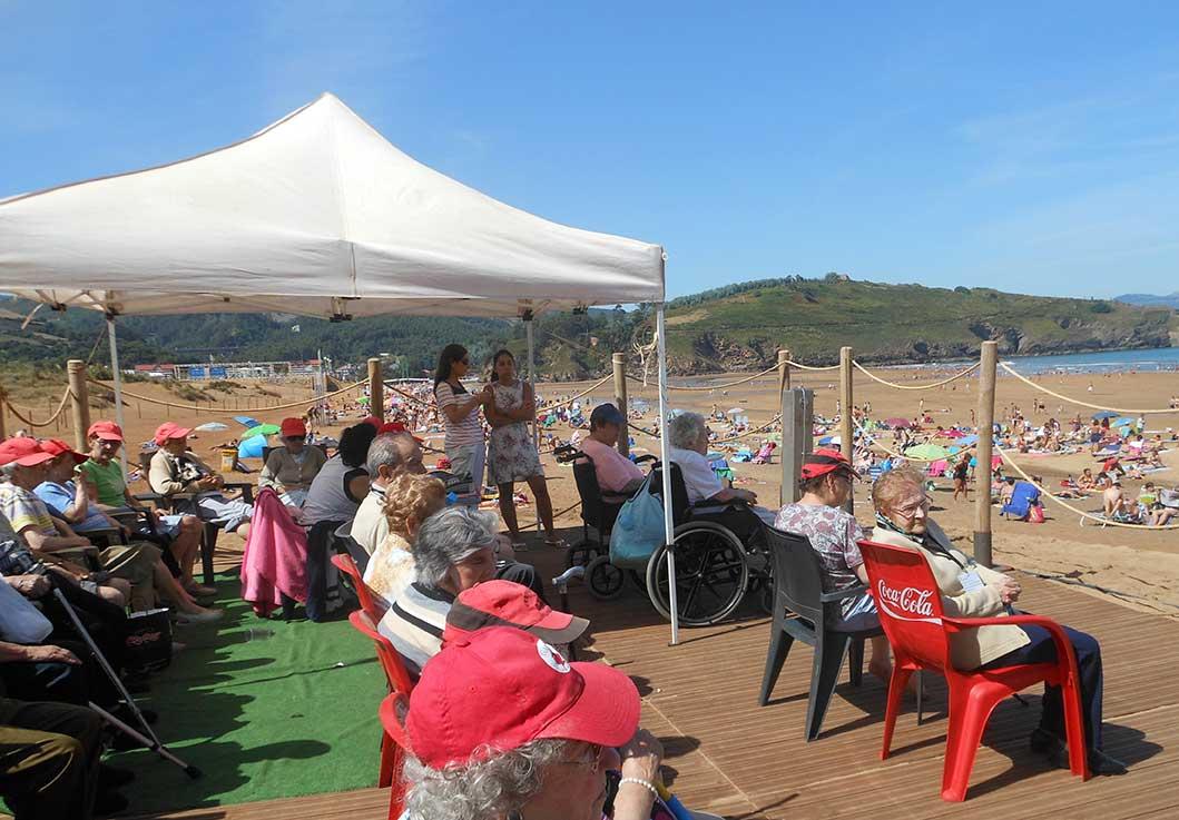 Usuarios de los centros de día «El Bullón» y «El Villar» de Santurtzi visitan la playa de 'La Arena'