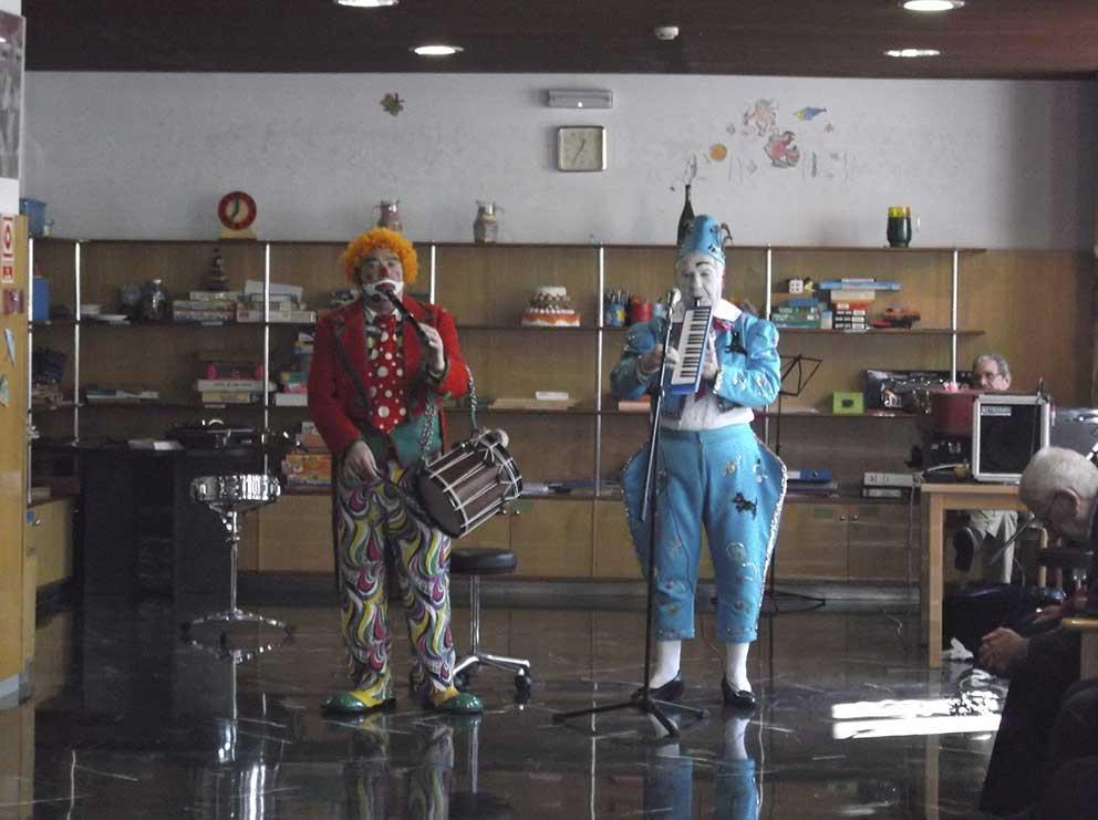 Payasos y actuaciones musicales regalan sonrisas a los mayores del Centro de Día Psicogeriátrico «Bizia»