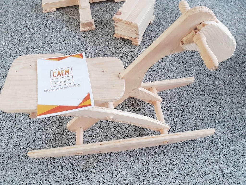 """El CAEM """"Valle de Cayón"""" hace posible que uno de los menores que residen en el centro pueda realizar un curso de carpintería"""